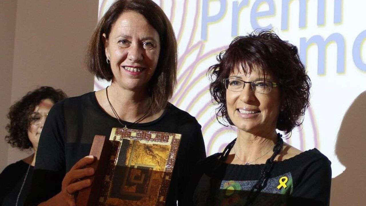 L'Alcaldessa de Girona, Marta Madrenas, entrega a la Dra. Adroher el premi Molla d'Or 2018