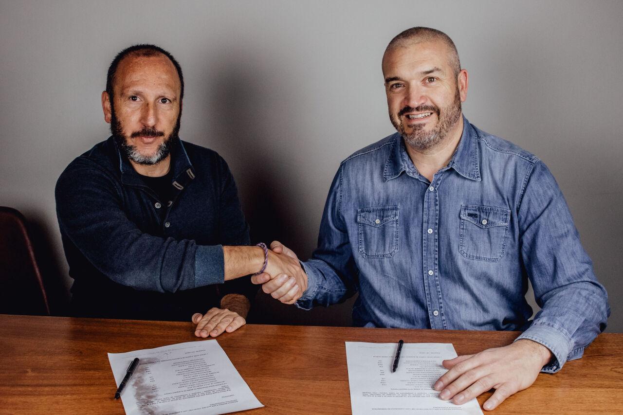 Marc Madruga y el Dr. Dani Castillo en la firma del convenio
